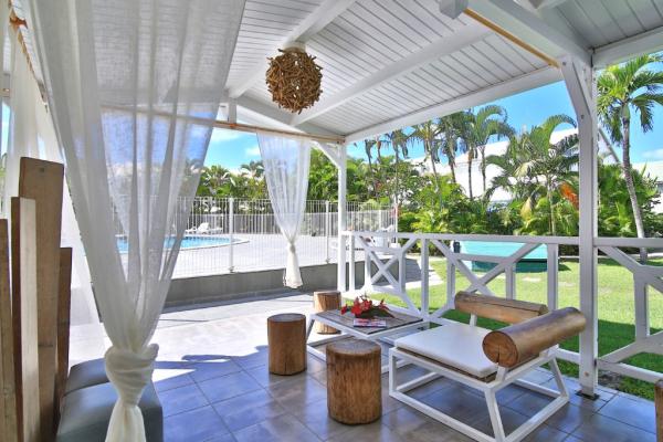 Terrasse piscine - ©BWA CHIK HOTEL & GOLF