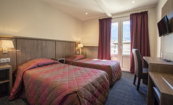 Chambre à deux lits - ©HÔTEL MONT-BRISON