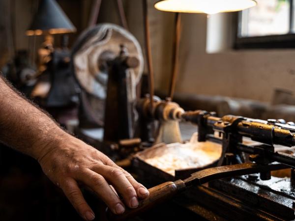 Fabrication des boutons en nacre - ©Jean-Baptiste Quillien Photographe
