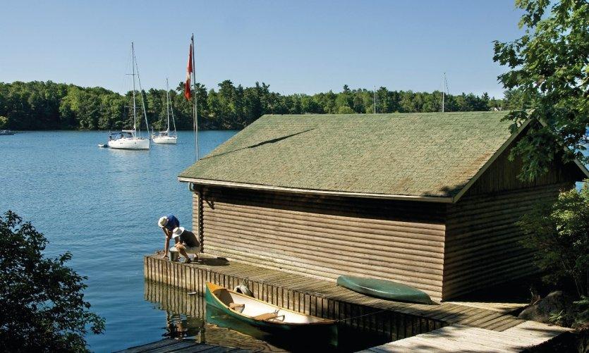canada-ontario-garage-pour-bateaux-sur-le-fleuve-saint-laurent-c-raisbeckfoto