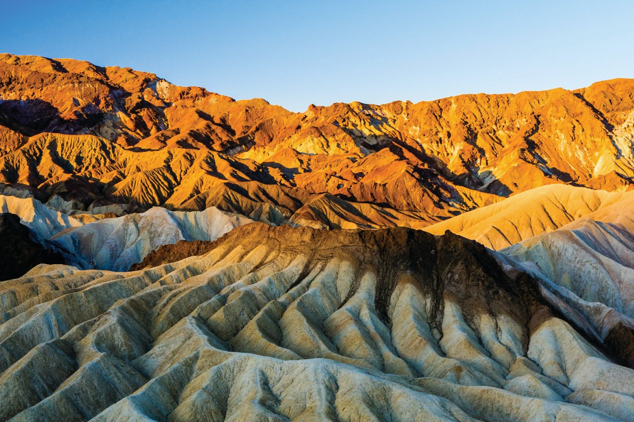 etats-unis-lever-du-soleil-a-formation-rocheuse-de-zabriskie-point-le-parc-national-de-death-valley-c-balberts