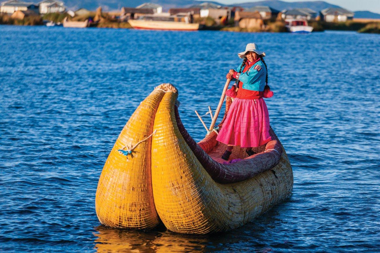 perou-peruvian-femme-voile-entre-i-les-uros-lake-tititcaca-c-hadynyah
