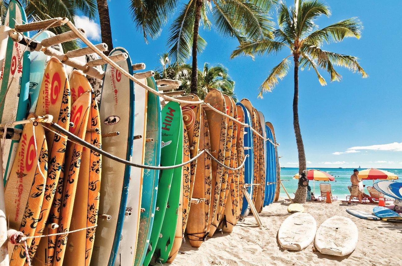 planches-de-surf-sur-la-plage-de-waikiki-hawai-c-eddygaleotti