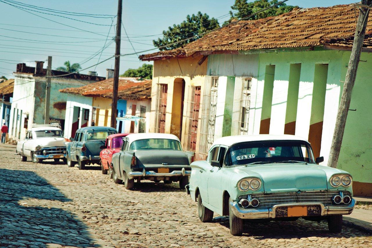 cuba-taxi-dans-la-rue-de-trinite-c-artmarie