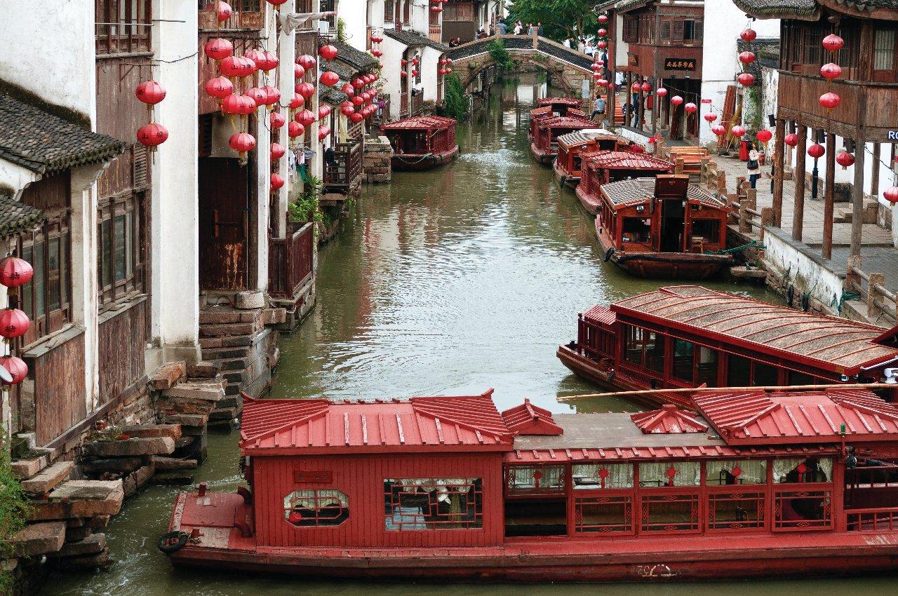 magnifique-de-suzhou-la-venise-de-chine-avec-bateaux-les-gens-en-chine-c-pavliha