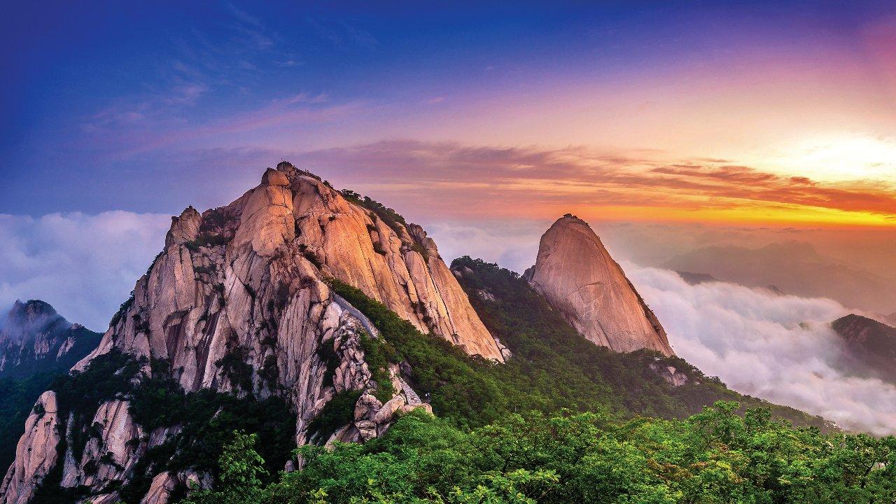 core-e-du-sud-bukhansan-montagnes-sous-la-brume-le-matin-et-de-lever-du-soleil-c-tawatchaiprakobkit