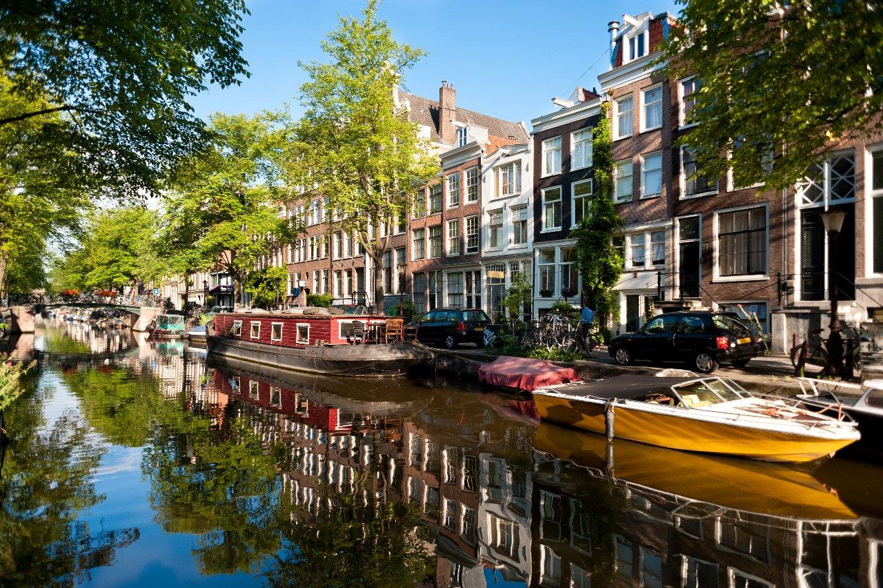 pays-bas-bateaux-sur-le-canal-a-amsterdam-c-ehstock