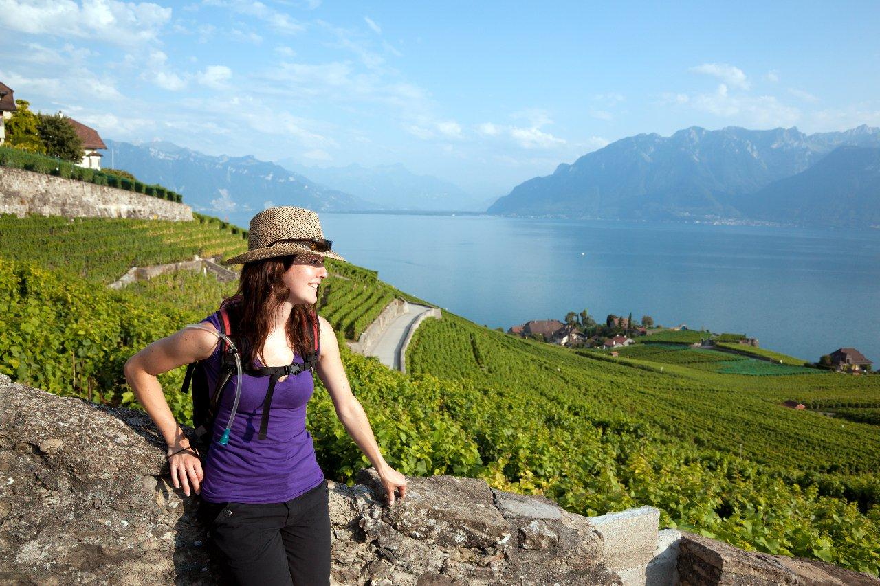 femme-avec-sac-a-dos-marchant-dans-les-vignobles-montreaux-suisse-c-onfokus