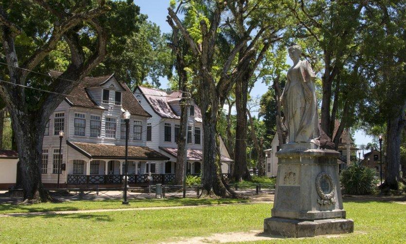1-suriname-reine-wilhelmine-des-pays-bas-a-l-ho-tel-courtyard-paramaribo-c-frankvandenbergh