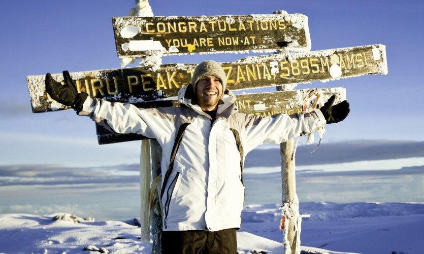 tanzanie-grimpeur-au-sommet-du-mont-kilimandjaro-c-ranplett